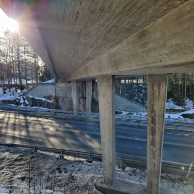 En bro över en landsväg.