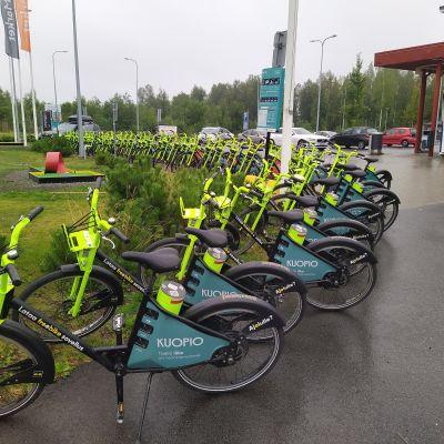 Kuopion kaupunkipyöriä Pirtissä olevalla kaupunkipyöräasemalla
