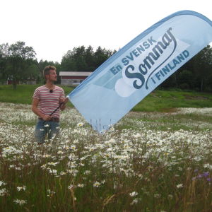 Jontti Granbacka med En svensk sommar i Finland-flaggan