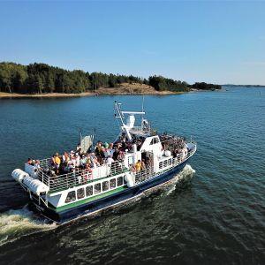 Båten M/S Norrskär är fullastad med passagerare och cyklar.