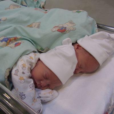 Nyfödda tvillingar.