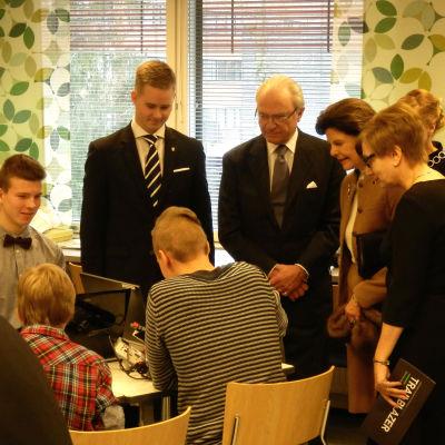 Kungaparet bekantar sig med robotar som högstadieelever byggt i Villmanstrand.