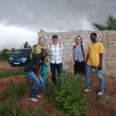 Mars projektkordinator Louis Dovi bland emmauskolleger i Togo