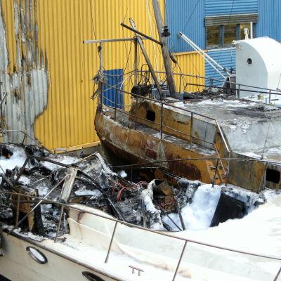 Två brandskadade båtar