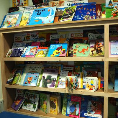 I barnklubbens bokhylla finns många bekanta titlar i irisk tappning.