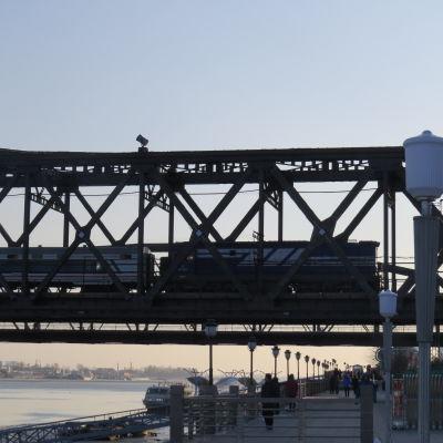 En stor del av handeln mellan Kina och Nordkorea sker via gränsbron över floden Yalu som förbinder den nordkoreanska staden Sinuiju med kinesiska Dandong