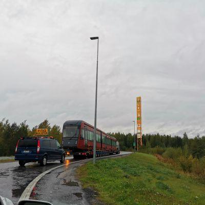 Tampereen ratikkkavaunu tulee Riihimäen kohdalla