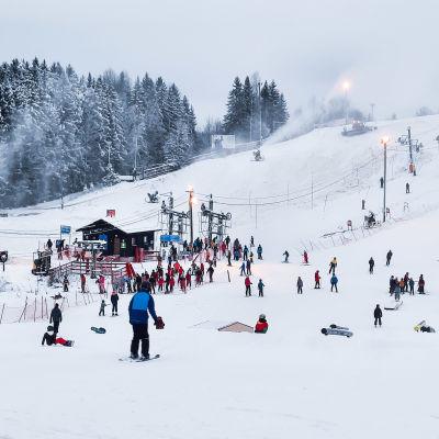 Slalombacke med många människor i.