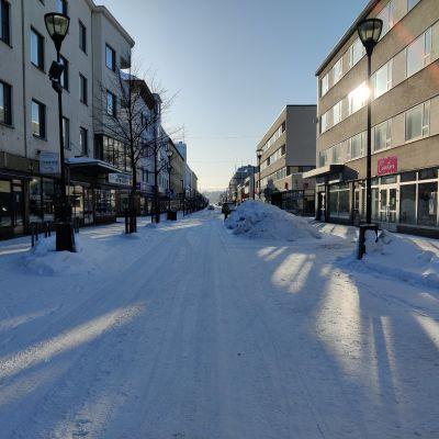 Kajaanin keskustassa on lumikasoja kadun varrella.