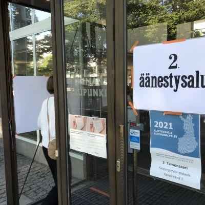 Nainen jonottaa Rauman kaupungintalon ovella kuntavaalien äänestyspäivänä 2021