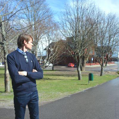 Tidigare rallyvärldsmästaren Marcus Grönholm blickar ut mot hamnområdet som han vill förnya i Ingå.