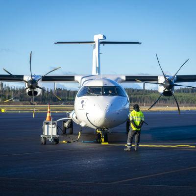 Finnairin ATR-matkustajalentokone platalla edestä päin.