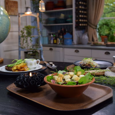 Tre maträtter på ett bord i ett kök