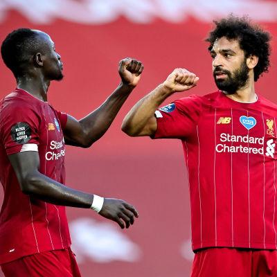 Sadio Mané och Mohamed Sarah firar 4–0-målet.