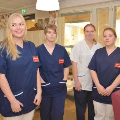 Emilia Fyrqvist, Matilda Tallroth, Maria Mäntynen och Linnéa Löfström studerar till närvårdare på Axxell, men gör sista årets utbildning på Villa Anemone i Karis.