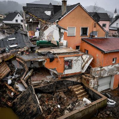 Tulvan jälkeiset tuhot Schuldin kylässä Saksassa 16. heinäkuuta.