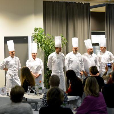 En del av finländska koklandslaget. Fjärde från vänster är Kariskocken Samuel Mikander. Bilden tagen i yrkesskolan Axxell i Karis.