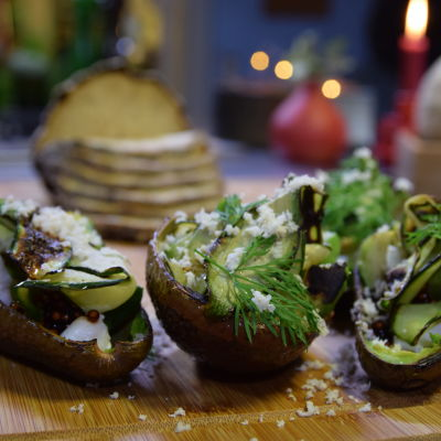 Grillad avokado med soyapärlor, havrecrèmefraiche och dill på en skärbräda