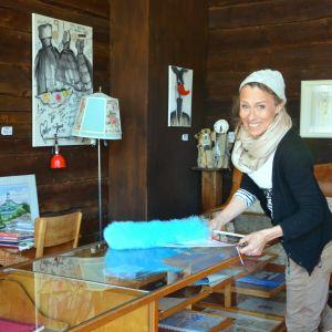 Mira Haahti som driver pensionatet Tellina i Tellinas lobby.
