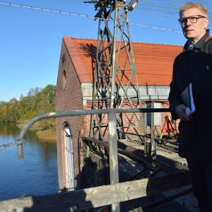 Jordbruks- och miljöminister Kimmo Tiilikainen bekantar sig  med fiskvägarna i Billnäs som ska byggas strax nedanför platsen där han står.