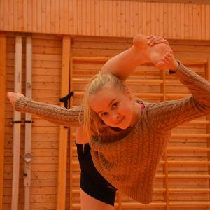 13-åriga Mette Palkoranta gymnastiserar i en gymnastiksal.
