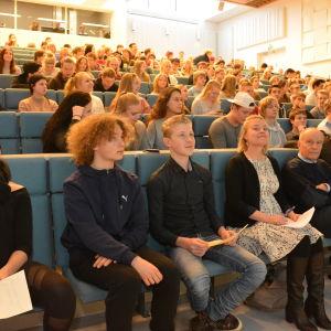 Elever från Hangö gymnasium och Hankoniemen lukio lyssnar på valdebatt i Hangö 2017.