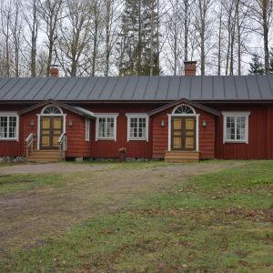 Ett rött trähus i Sjundeå som heter Fanjunkars.