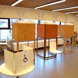 Valbåsen i vallokalen och en funktionär.
