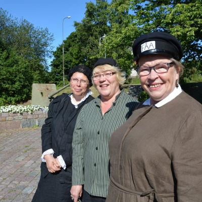 Guiderna från höger Marketta Wall, Tarja Kvarnström och Maritta Sariola.