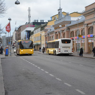 Bussar på Eriksgatan i Åbo.
