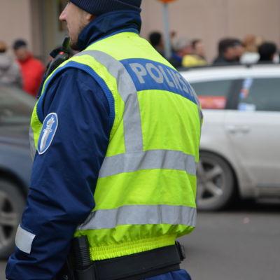 Polis dirigerar trafiken.