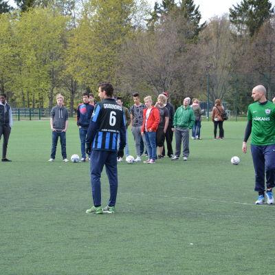 Högstadieelever i Åbo på fotbollsplanen med ligaspelare från FC Inter