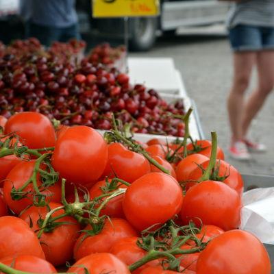 Grönsaksförsäljare på Salutorget i Åbo.