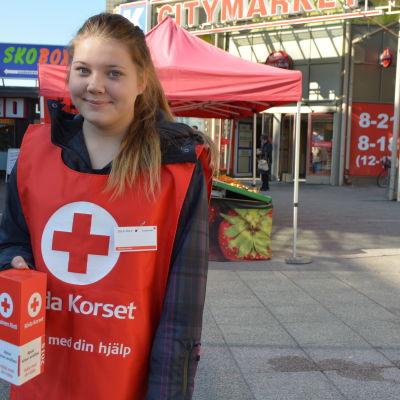 Sofie Elho samlar in pengar på Hungerdagen