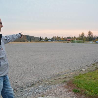 Mikael Ådahl vid fotbollsplanen som ska bli en hall