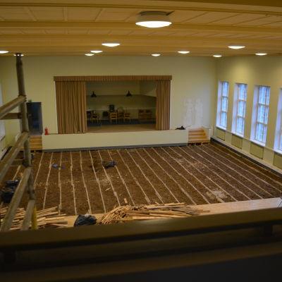 Upprivet golv i salen