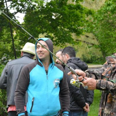 Fiskare demonstrerar kastspö