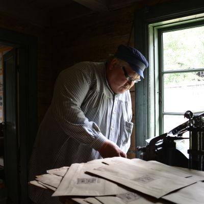 Heikki Jokioinen arbetar med traditionellt boktryck.