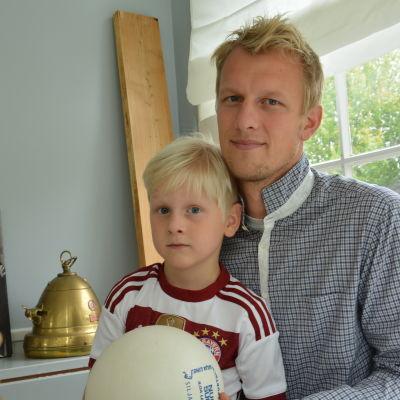Mathias Lindström med sonen Viktor, 5 år.