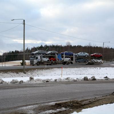 Långtradare kör ut på riksväg 25 i Karis.