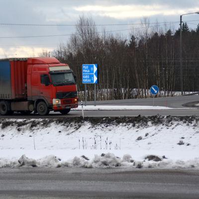 Långtradare på väg från riksväg 25 in till Karis.
