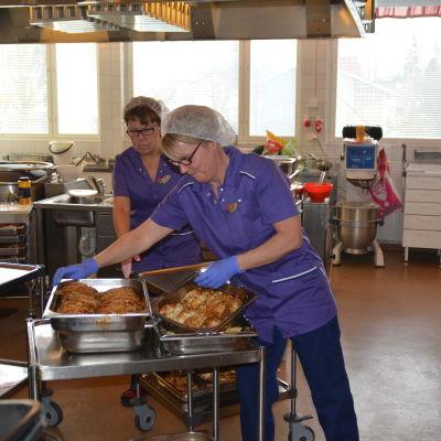 Karina Forsström (t.v.) och Christel Sundqvist i Ekenäs högstadieskolas kök.