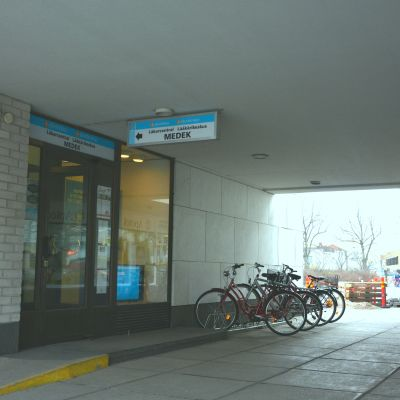 Ingång till Medek på Stationsvägen 6 i Ekenäs.