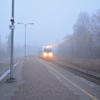 Rälsbussen anländer till Ekenäs station.