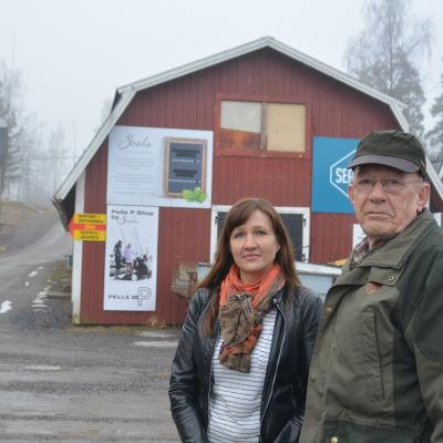 Linda Hellström-Pasanen och Erik Holmberg framför det kommande caféet i Barösund.