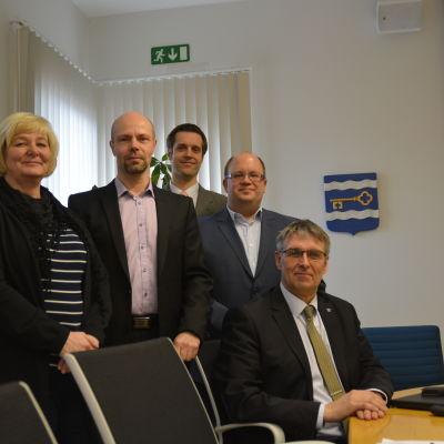 Benita Öberg, Markus Moisio, Niko Kannisto och Henri Seppänen tillsammans med sittande kommundirektör Juha-Pekka Isotupa.