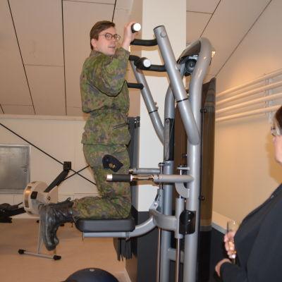 Undersergeant Johan Hietanen provar nya gymet i Nylands brigad.