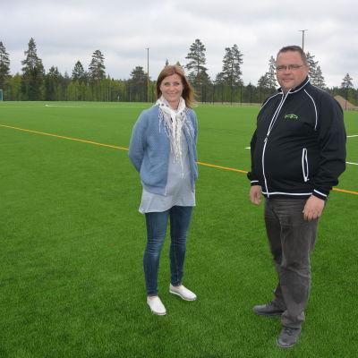 Maria Pedersen och Jyrki Määttä på konstgräsplanen i Ingå.