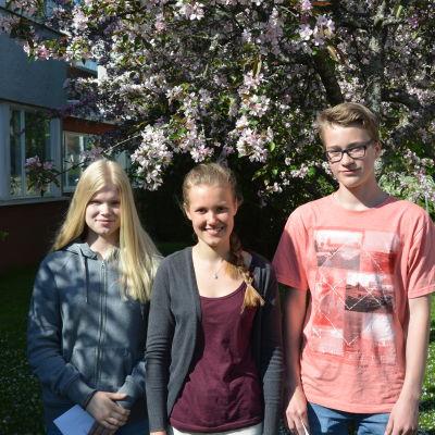 Studeranden Wilma Kraufwelin, Emilia Lind och Felix Lönnqvist utanför Ekenäs högstadium.