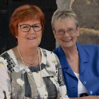 Fredagssnackarna Kerstin Ståhlberg och Lena Selén glada på Yle Västnylands bakggård.